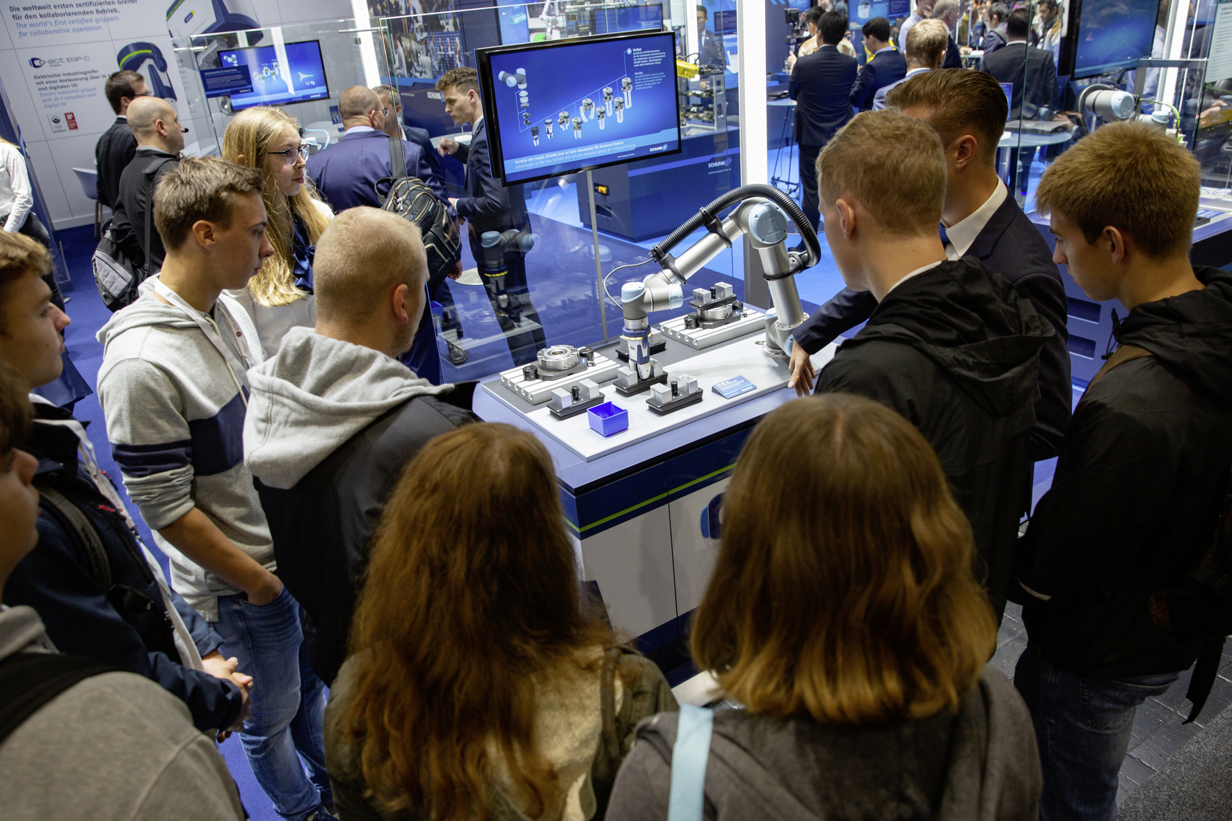 Well matched: The gripping system portfolio for lightweight robots from Universal Robots enables particularly simple and cost-effective machine loading. Photo: SCHUNK