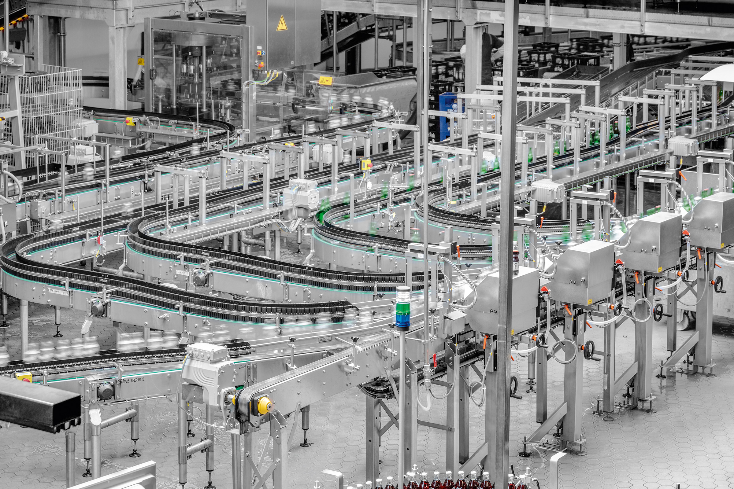 Huge range of mixed empties: the various glass bottle types are guided by a camera system to dedicated conveyor belts.